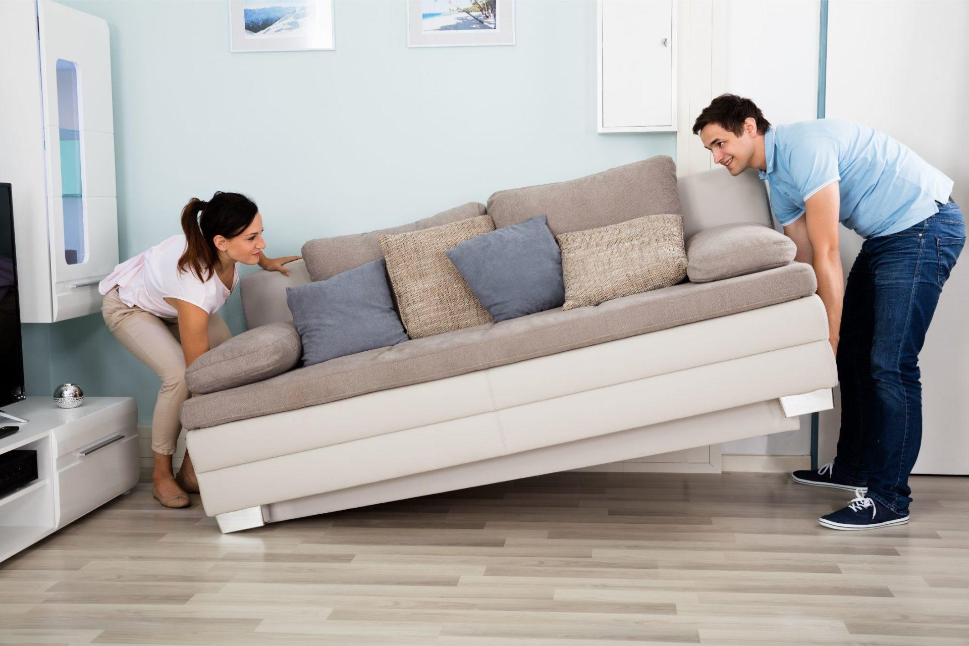 Pärchen trägt Couch